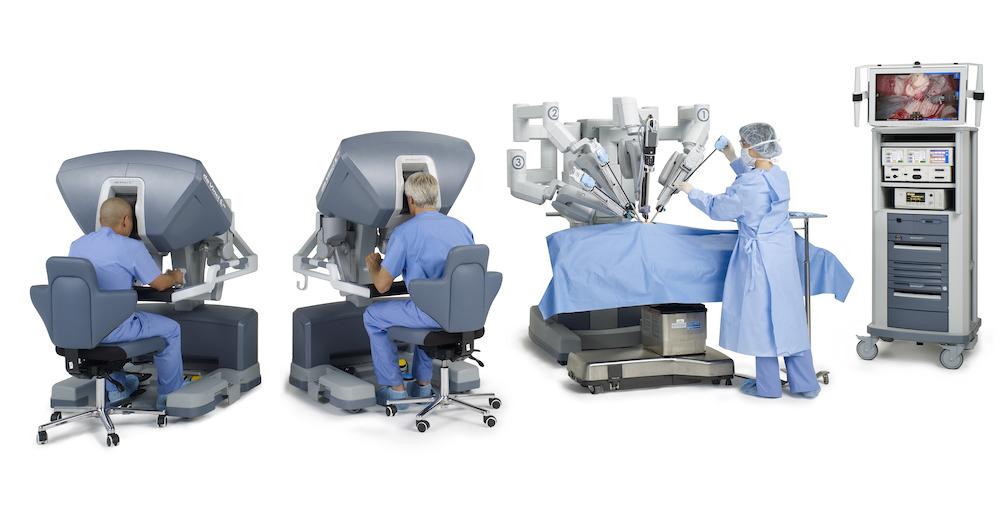 Ρομποτική Χειρουργική Si 0185  two male surgeons lookin in